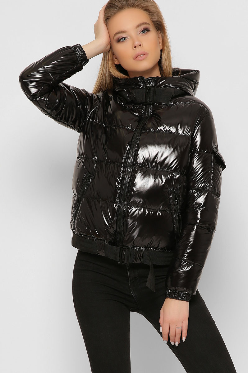 Черная куртка женская короткая с капюшоном