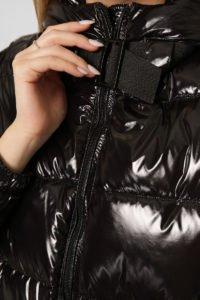 Черная куртка женская короткая с капюшоном2